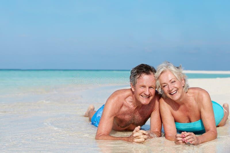 Starsza para Cieszy się Plażowego wakacje fotografia stock