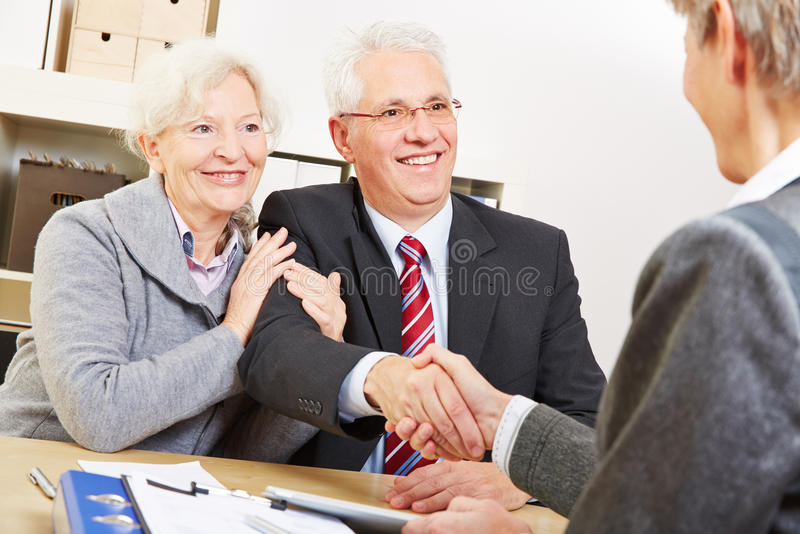 Starsza para daje uściskowi dłoni fotografia stock