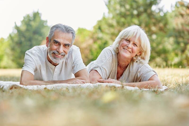 Starsza para kłaść na relaksować i gras zdjęcia royalty free