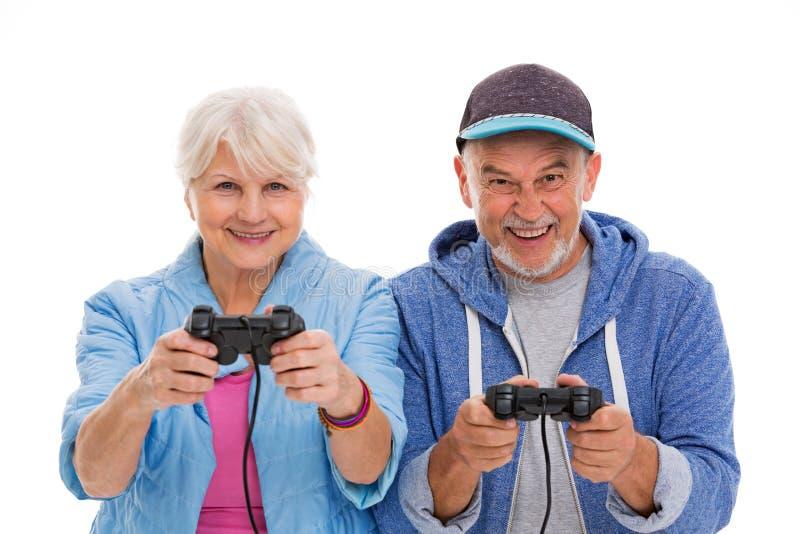Starsza para ma zabawę bawić się wideo gry zdjęcie royalty free