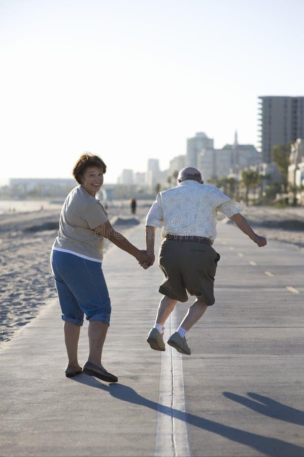 Starsza para Na Footpath Wzdłuż plaży obraz stock