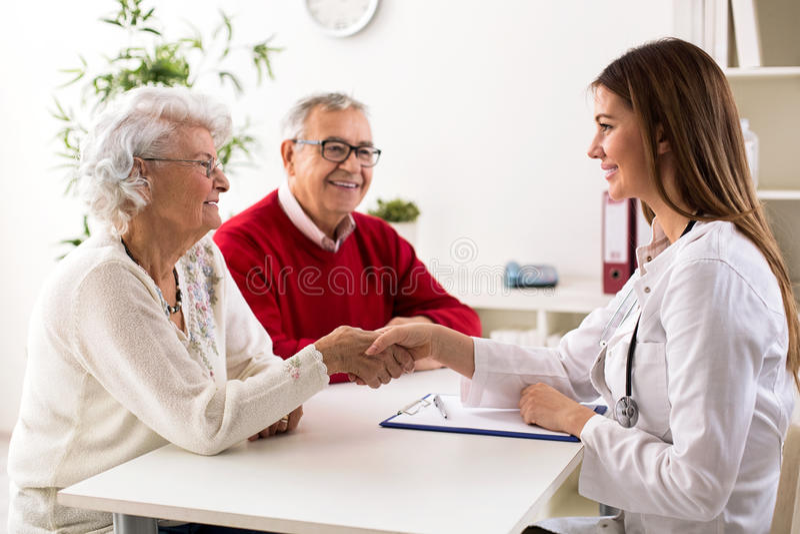 Starsza para na konsultaci z lekarką, zamyka up obrazy stock