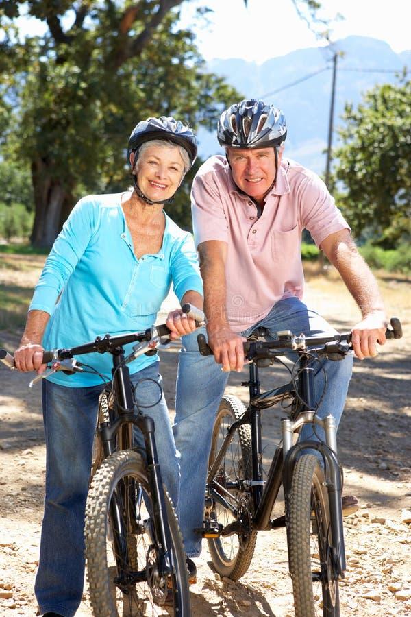 Starsza para na kraju roweru przejażdżce zdjęcie royalty free