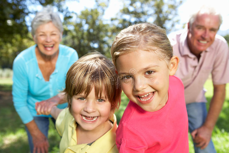 Starsza para na kraju spacerze z wnukami fotografia royalty free