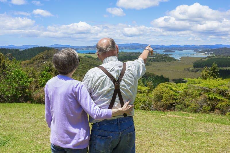 Starsza para na urlopowych patrzeje pięknych widok na ocean obrazy stock