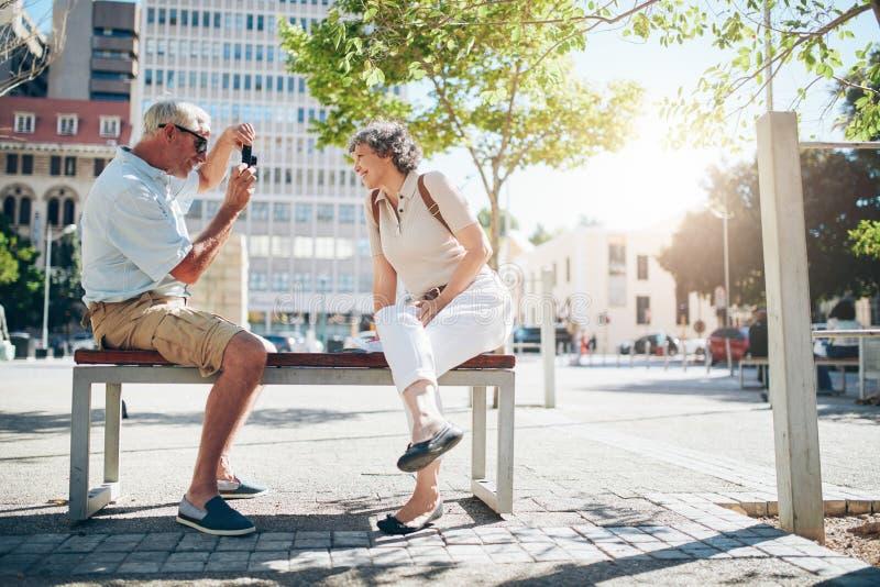 Starsza para na wakacje bierze obrazki zdjęcie royalty free