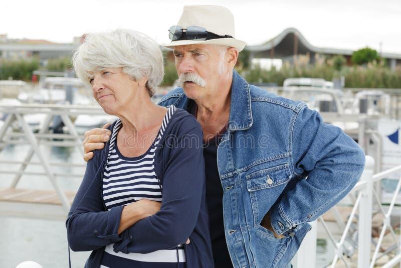 Starsza para no opowiada po disputefighting zdjęcie stock