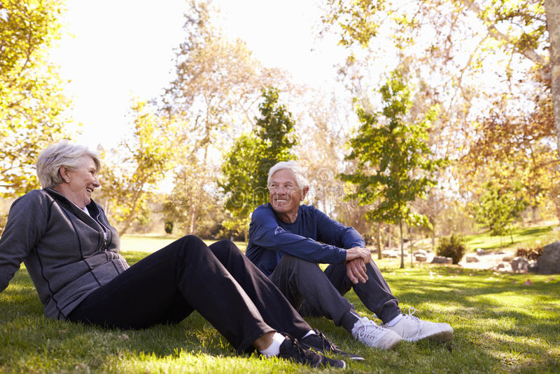 Starsza para Odpoczywa Po Ćwiczyć W parku Wpólnie zdjęcia royalty free