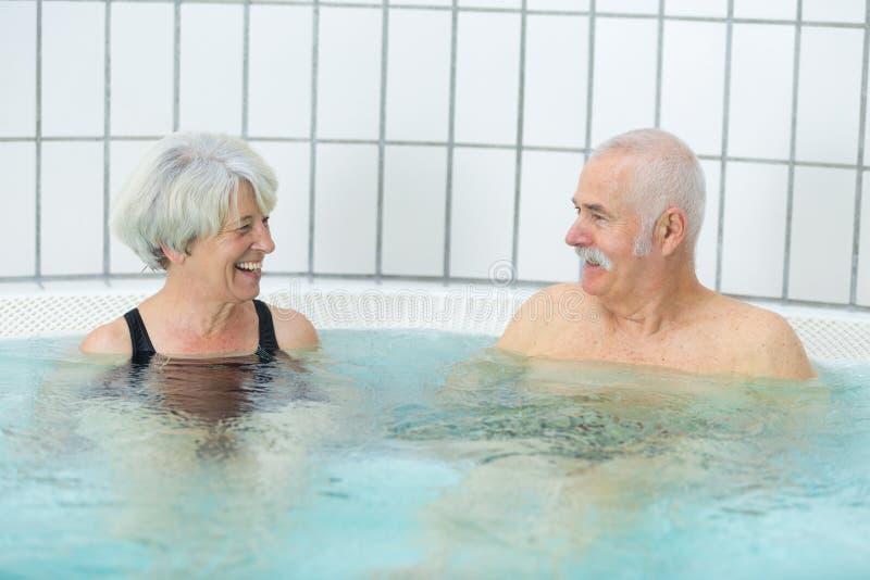 Starsza para odpoczywa w jacuzzi w zdroju kurorcie obrazy royalty free
