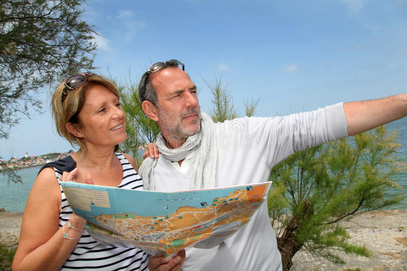 Starsza para patrzeje mapę na wakacjach obrazy royalty free
