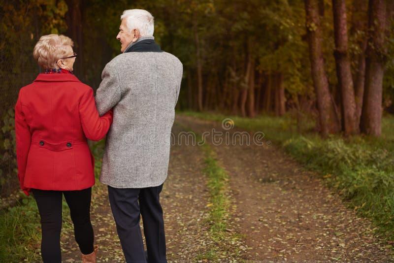 Starsza para podczas jesieni obraz stock