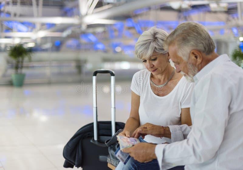 Starsza para podróżuje w lotniskowej scenie zdjęcia royalty free