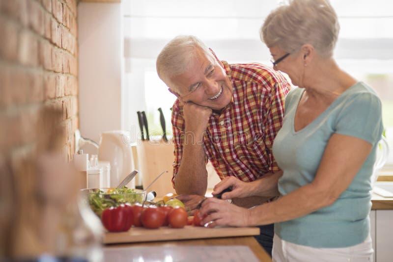 Starsza para przy kuchnią zdjęcia stock