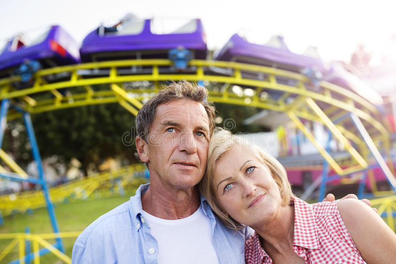 Starsza para przy zabawa jarmarkiem obraz stock