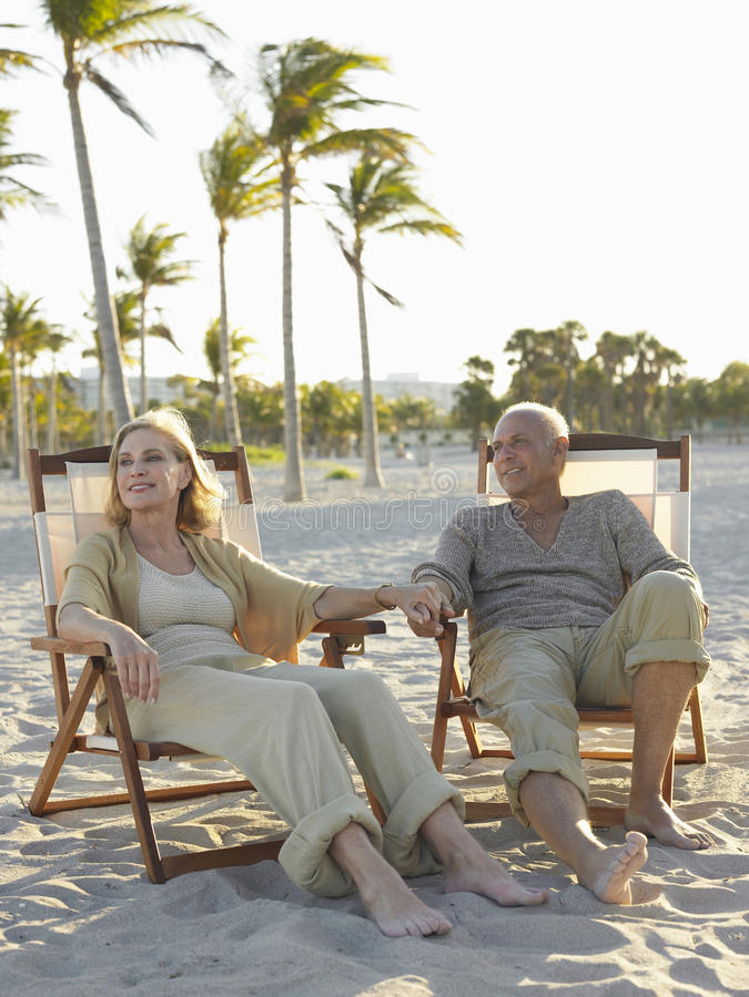 Starsza para Relaksuje Na Deckchairs Przy plażą zdjęcie stock
