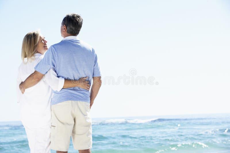 Starsza para Relaksuje oceanem zdjęcia stock