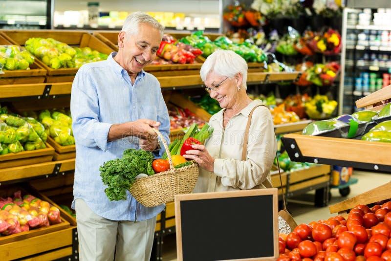Starsza para robi niektóre robić zakupy wpólnie zdjęcie stock