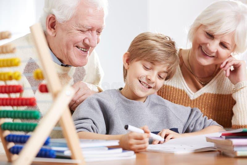 Starsza para robi pracie domowej zdjęcia stock