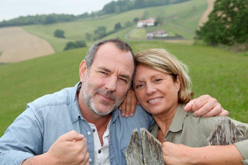 Starsza para rolnicy w polach fotografia royalty free