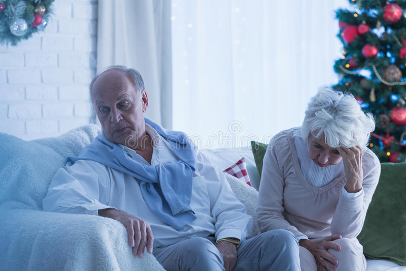 Starsza para smutna przy bożymi narodzeniami zdjęcie royalty free