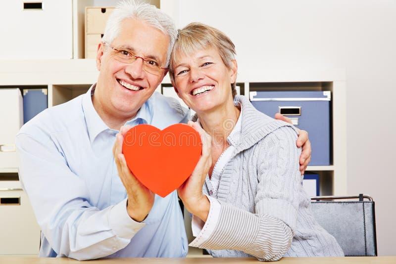 Starsza para trzyma czerwonego serce zdjęcie stock
