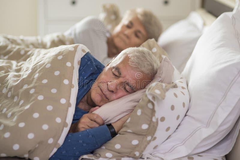 Starsza para w łóżku obraz stock