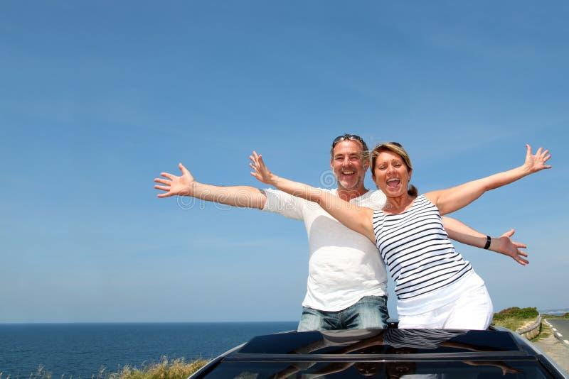 Starsza para w kabriolecie excited o wakacjach obrazy stock