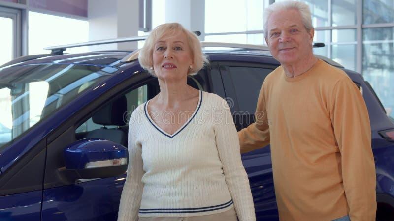 Starsza para wybiera samochód przy przedstawicielstwem handlowym obrazy stock