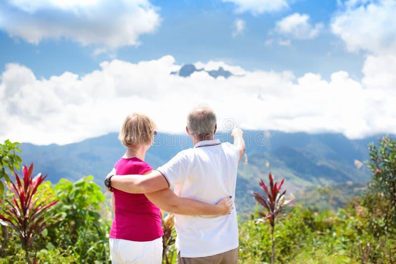 Starsza para wycieczkuje w górach i dżungli obraz stock
