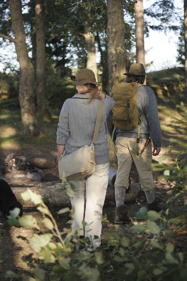 Starsza para wycieczkuje w lesie obraz royalty free