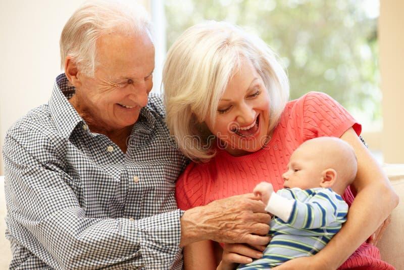 Starsza para z dziecko wnukiem zdjęcia stock