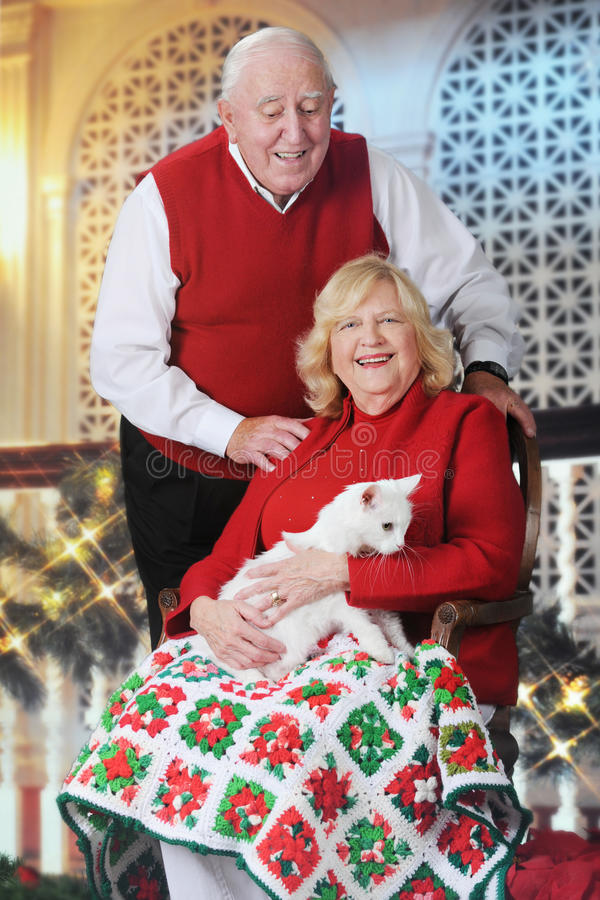 Starsza para z kotem przy Christmastime obraz stock