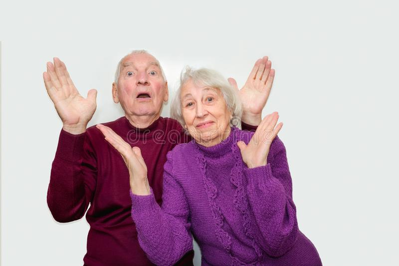 Starsza para z zdziwionymi i szczęśliwymi wyrażeniami zdjęcie royalty free