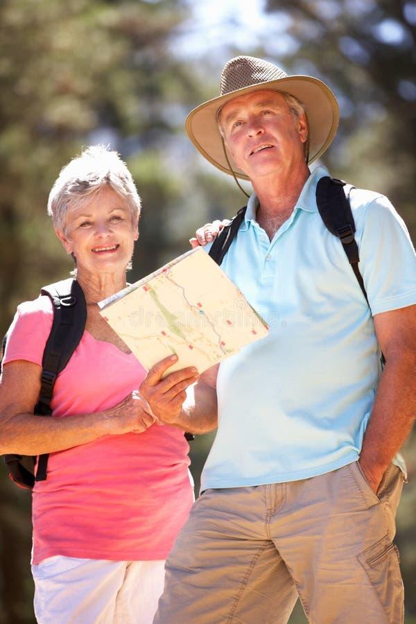 Starsza pary czytania mapa obrazy stock