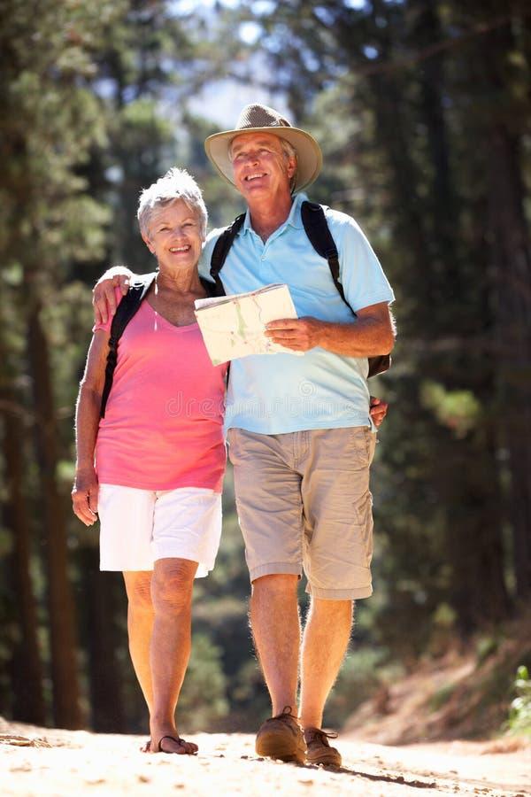 Starsza pary czytania mapa na kraju spacerze zdjęcia royalty free