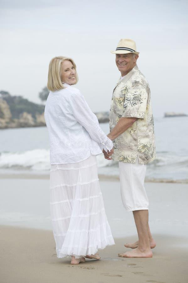 Starsza pary pozycja Przy plażą obraz stock
