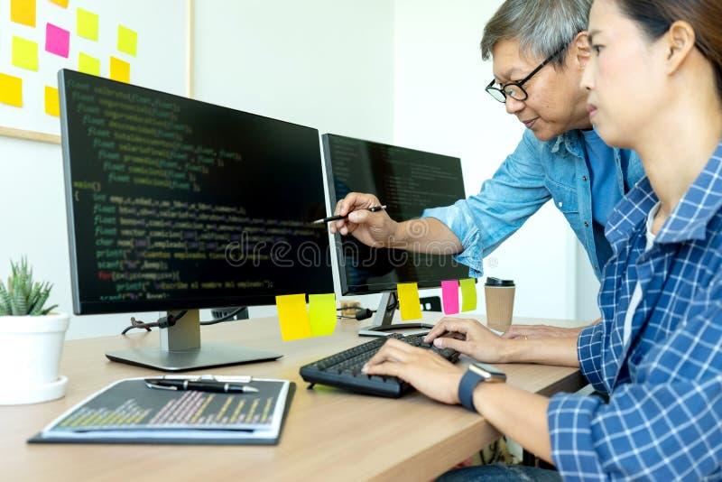 starsza programista praca z Rozwija programowaniem fotografia stock