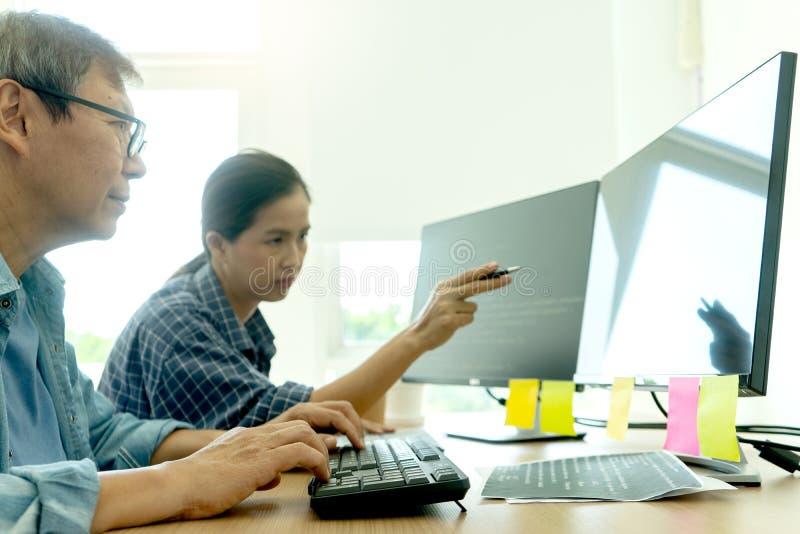 starsza programista praca z Rozwija programowaniem zdjęcie stock