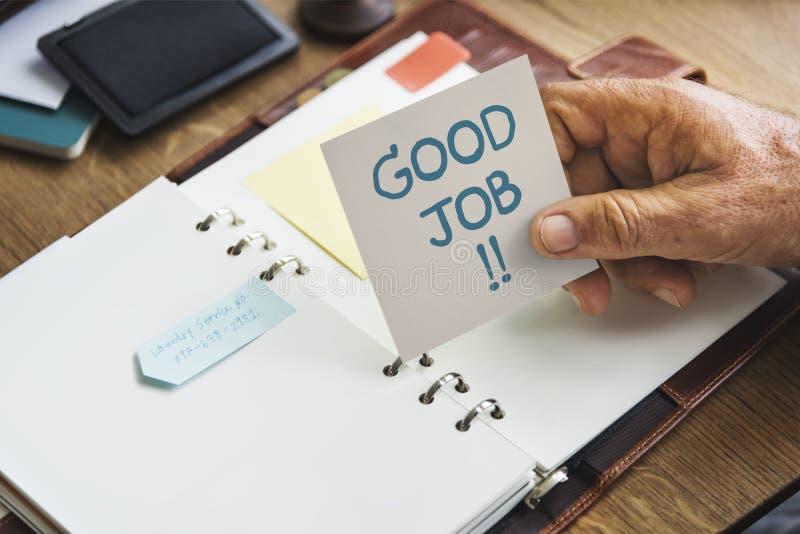 Starsza ręka trzyma Dobrą akcydensową kleistą notatkę obrazy stock