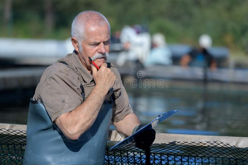 Starsza rybaka narządzania przekładnia obrazy stock