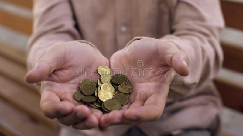 Starsza samiec wręcza trzymać euro centy, starości ubóstwo, emerytalny ubezpieczenie, kredyt fotografia stock