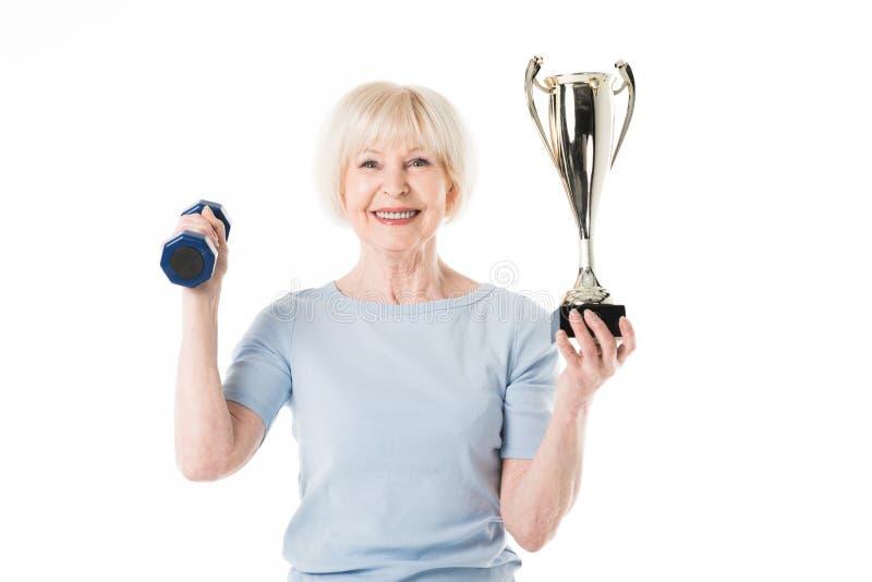Starsza sportsmenka z trofeum i dumbbell obraz stock