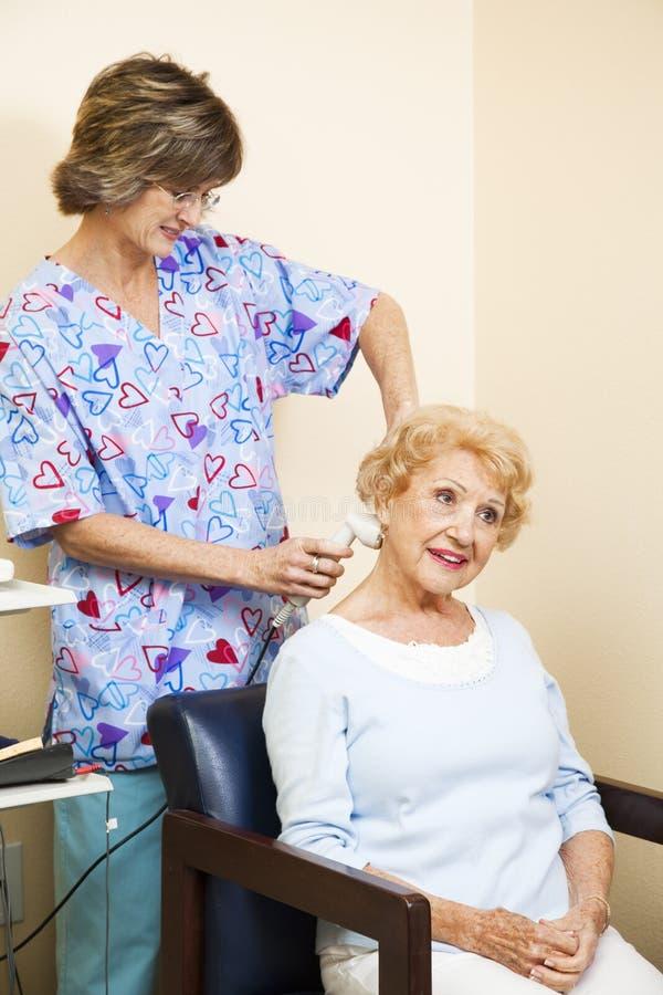 starsza terapii ultradźwięku kobieta obraz stock