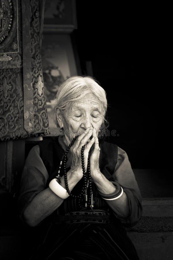 Starsza Tybetańska Buddyjska dama Boudhanath świątynia, Kathmandu, Nepal fotografia stock