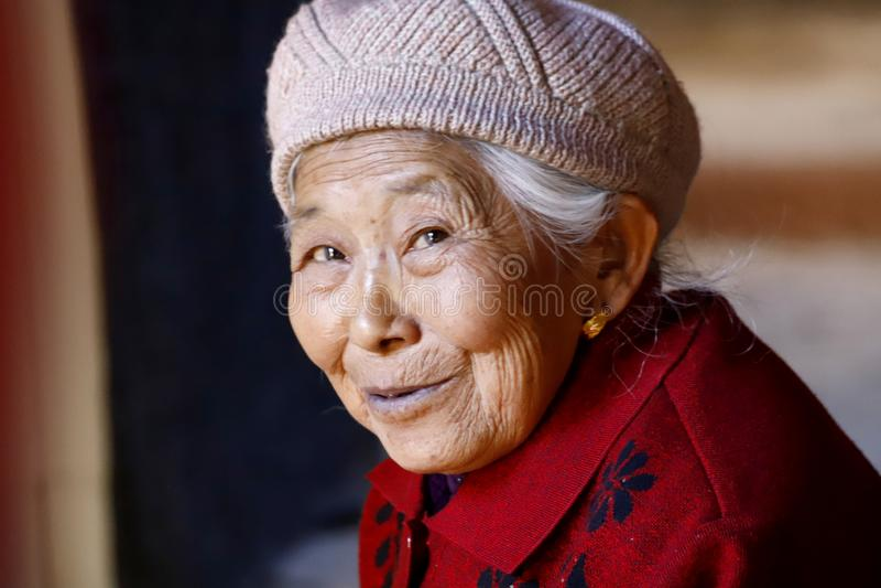 Starsza uśmiechnięta dama w wiosce Shaxi, Yunnan, Chiny fotografia royalty free