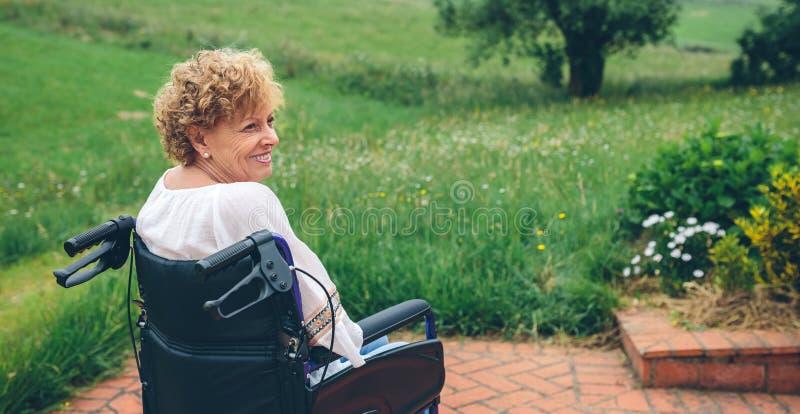 starsza wózek inwalidzki kobieta obraz stock