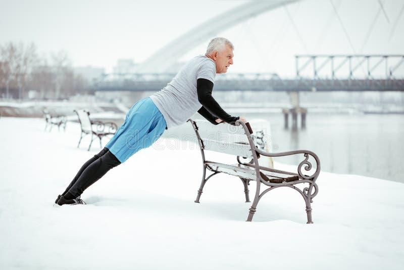 Starsza zima Pcha Podnosi zdjęcie stock