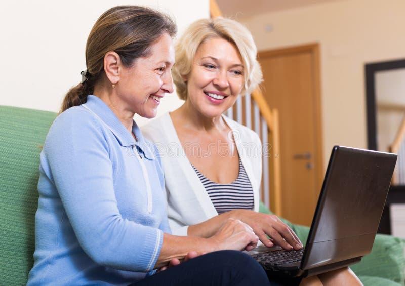 Starsze damy z laptopem zdjęcie stock
