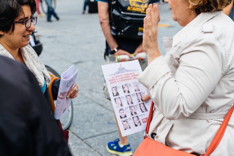 Starsze kobiety debatuje przeciw macron prawu przy protestem w Francja zdjęcie royalty free