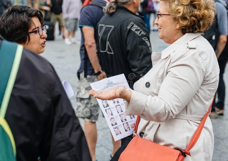 Starsze kobiety debatuje przeciw macron prawu przy protestem w Francja obrazy stock